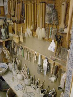 I LOVE the mix of traditional clay tools with combs, kitchenware . - I LOVE the mix of traditional clay tools with combs, kitchen tools and others … – Pottery and G - Home Art Studios, Studios D'art, Art Studio At Home, Artist Studios, Pottery Workshop, Ceramic Workshop, Pottery Studio, Ceramic Tools, Ceramic Art