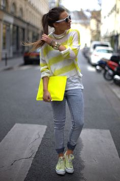 This is a casual but chic outfit with the converse, stretchy jeans & loose sweater. Very casual yet comfortable look. Neon Converse, Yellow Converse, Jeans And Converse, Outfits With Converse, Converse Sneakers, Autumn Street Style, Street Style Looks, Chuck Taylors, All Star
