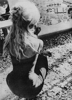 Even here Brigitte Bardot is recognisable. I'll say! Damn, that waist-hip ratio is insane.