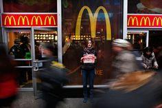 McDonald's abarrotado. Esta vez no para pedir su McMenú. Trabajadores de restaurantes de comida rápida exigen, en 100 ciudades de EEUU, un salario digno. Se planean paros, aunque las primeras huelgas comenzaron ya en noviembre en Nueva York.