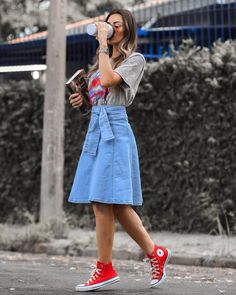 Look saia midi jeans, tshirt de banda e all star vermelho cano médio. Skirt Outfits Modest, Modest Skirts, Modest Wear, Edgy Outfits, Cute Outfits, Fashion Outfits, Midi Skirts, Casual Skirts, Mode Converse