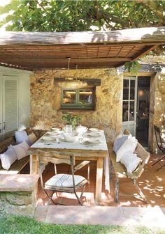 DSC7115. Comedor en el porche al aire libre con muebles rústicos