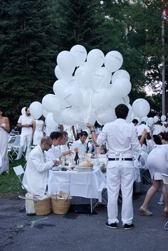Diner en blanc. I love the idea and would kill to attend one!