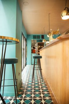 Another great colour combo for this fresh and stylish kitchen bar. Cafe Interior, Shop Interior Design, Cafe Design, Retro Cafe, Coffee Shop Design, Elegant Kitchens, Stylish Kitchen, Colour Combo, Design Moderne
