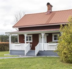 <span>Den lila stugan vid Klarälven förvandlades till modern villa med den mysiga gamla torpkänslan bevarad.<br></span> Swedish House, Roof Deck, House Front, Model Homes, Backyard Patio, Home Fashion, Urban Design, Pavilion, Bungalow