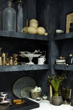 kitchen shelves, stylist Natasha Louise King [via Desire to Inspire] Kitchen Interior, Interior And Exterior, Black Shelves, Open Shelves, Floating Shelves, Interior Styling, Interior Design, Tadelakt, Dark Interiors