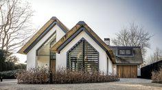 Al pratend en schetsend kreeg dit huis vorm; het begon met een eettafel van 5 meter met aan weerszijden een open haard.