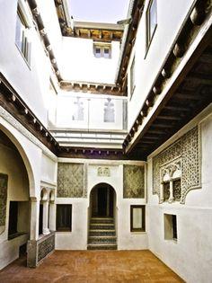 Tres Culturas: La Casa del Judio en Toledo. La leyenda dice que esta casa perteneció al judío Isaac (Ishaq) Abravanel.  Nacido en 1437 en Lisboa, Abravanel fue un teólogo y empresario judío que estuvo al servicio de Isabel de Castilla.