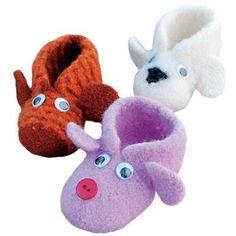 6 fine små strikkeprojekter - Hjemmet - ALT.dk Knit Shoes, Sock Shoes, Baby Shoes, Knitting For Kids, Baby Knitting, Chrochet, Knit Crochet, Diy And Crafts, Slippers
