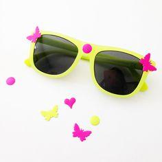 DIY - Customise tes lunettes de soleil fluo de chez H&M avec des décos fluo de chez Éphéméria