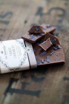 Handgeschöpfte Schokolade mit Veilchen