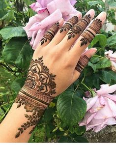 Simple Mehendi designs to kick start the ceremonial fun. If complex & elaborate henna patterns are a bit too much for you, then check out these simple Mehendi designs. Henna Hand Designs, Eid Mehndi Designs, Pretty Henna Designs, Modern Mehndi Designs, Mehndi Design Pictures, Wedding Mehndi Designs, Beautiful Mehndi Design, Mehndi Images, Henna Tattoo Designs