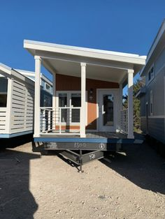 Park Model Homes is one tiny house company we cannot get enough of. And we are head-over-heels for their brand-new Champion Athens 528-Mono-Slope. While this house shares many features in common with others from Park Model Homes, it sports an unusual and distinctive roof design. Prefab Tiny House Kit, Tiny House Kits, Tiny House Company, Tiny Houses, Shiplap Ceiling, Recessed Ceiling, Walk In Chicken Coop, Stainless Steel Farmhouse Sink, Cargo Container Homes