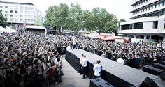 FARD auf der Bühne vor mehr als 9.000 Personen auf dem Marktplatz in Pforzheim…