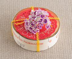 チーズの空き箱と造花で手作りお菓子をラッピング。/デコ・チョコ・スイーツ(「はんど&はあと」2013年2月号)