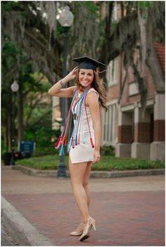 graduation pics University of Florida College Senior Pictures Graduation Picture Poses, Graduation Portraits, Graduation Photoshoot, Graduation Photography, Senior Picture Outfits, Girl Senior Pictures, Grad Pictures, Senior Pics, Senior Year