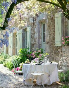 French country style is something like Provence plus shabby chic, it's refined and elegant, and is one of the best ways to decorate your outdoor space.