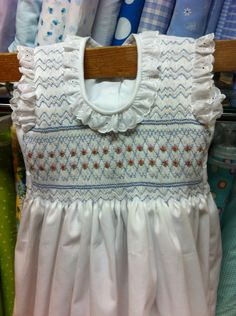 """Vestido de pique blanco.  Talla 4 años.  Corpiño completo bordado en punto """"nido de abeja"""" Alumna Marzo 2016"""