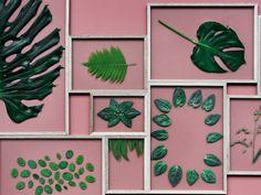 """Moebe  Das System ist ganz einfach: Nach dem Motto """"4-2-1: Vier Stücke Eiche, zwei Plexiglasscheiben, ein Gummiband"""" können wunderschöne Wand-Hingucker selbst gestaltet werden. Egal ob getrocknete Blüten, Pflanzen oder Postkarten – die Frames schauen einfach super aus! Die Rahmen gibt es in den Formaten A3, A4 und A5. Ab 26 Euro."""