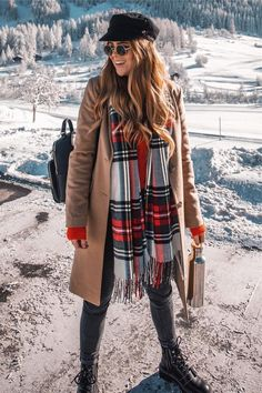 Check out these 22 winter time outfits, all with plaid! Looking for a new way to rock that plaid outfit this winter? Check out these 22 adorable plaid outfits to keep you warm and looking great in the cold! Casual Winter Outfits, Snow Outfits For Women, Winter Mode Outfits, Winter Travel Outfit, Cold Weather Outfits, Winter Fashion Outfits, Look Fashion, Winter Snow Outfits, Cold Winter Fashion