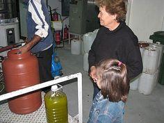γιαγιά και εγγονή βλέπουν το λάδι να βγαίνει Home Appliances, House Appliances, Appliances
