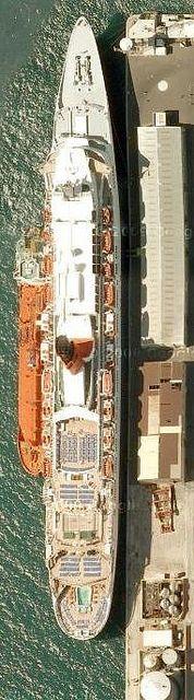 Ship 30 GIB QE2, via Flickr.
