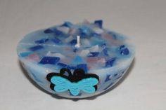 https://flic.kr/p/CHMCc5   CANDELA SEMISFERICA EFFETTO MARMO   Candela semisferica effetto marmo, nei colori blu cobalto, azzurro, glicine e bianco; al profumo 100% naturale di lavanda. Decorata con un adesivo in stoffa a forma di farfalla azzurra e nera. Diametro: 130 mm.  Artigianale.  Per saperne di più visita il sito:  www.ilmiomondoincera.com