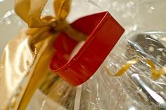 DIY gift basket tutorial with tips for packaging and products to use. Diy Gift Basket Wrap, Diy Gift Baskets, Basket Ideas, Creative Gift Wrapping, Wrapping Ideas, Creative Gifts, Holiday Treats, Christmas Treats, Holiday Gifts