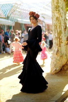 Spanish Girls, Spanish Woman, Spanish Style, Spanish Dress Flamenco, Flamenco Dancers, Cooler Look, Latin Women, White Fashion, Beautiful Dresses