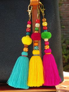 Tassel borla Pom Bag Charm ** Colorful Keychain/bag charm is handmade. ** Attach to a purse, straw bag or tote Items similar to Tassel Pom Pom Keychain Bag Charm - Zipper Pull - BOHO Chic - Wooden Beads - Pink Aqua Yellow tassels - Green Red Pompom on Ets Pom Pom Crafts, Yarn Crafts, Diy And Crafts, Wood Crafts, Pom Pom Diy, Diy Tassel, Tassels, Pom Pom Bag Charm, Diy Keychain