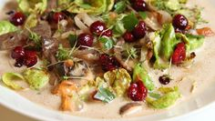 Viltgryte med sopp, fløte- og rødvinssaus «Vill gryteglede», kaller kokken det – med mye sopp, saus av fløte, viltkraft og rødvin. Serveres med en puré av selleri og eple. Oppskriften på viltgryte får du fra Lise Finckenhagen.