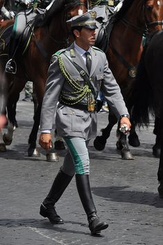 Cop Uniform, Police Uniforms, Men In Uniform, British Army Uniform, British Uniforms, Sexy Military Men, Military Fashion, Uniform Insignia, Military Dresses