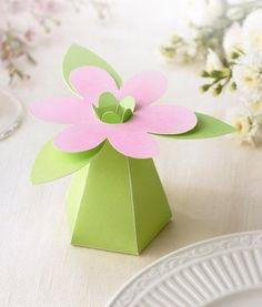 FAVOR BOX. Une belle création pour cette boîte cadeau en forme de fleur.