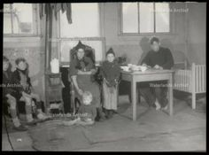 Noordeinde Familie Schilder ondergracht in de timmerloods van Gerrit Koning (skrille) Foto in opdracht gemaakt van het gemeentebestuur door de Volendammer fotograaf C. Kil van de woningnood en armoede in Volendam Datum 1946 #NoordHolland #Volendam