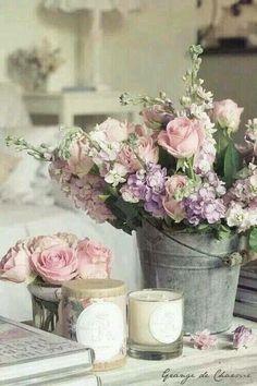 Jolie vitrine, mélangent un arrangement floral avec des roses et stock dans une container galvanisé, une petite poisy des roses, des bougies et d'autre accessoires. Simple, armonieux et efficace. <v>