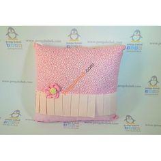 Papatya Takı Yastığı kalpli ve puantiyeli desenler ve fırfırı ile şirin sarı papatya yastık sizin için el emeğiyle üretildi. Pengu Bebek