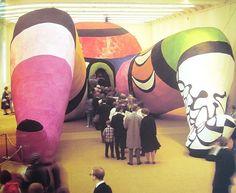 Niki de Saint Phalle (met Jean Tingueley en Per Olof Ultvedt), Hon- en Katedral, 1966, stof op stalen stellages, 6 x 23,5 x 10 m Moderna Museet, Stockholm - Meer over dit werk: http://www.artsalonholland.nl/meesterwerken/hon-niki-de-saint-phalle