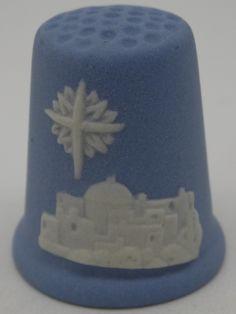 Dedal Christmas 1988. Wedgwood. Blanco sobre azul jasperware. Inglaterra. Thimble-Dedal-Fingerhut. Sewing Tools, Wedgwood, Pin Cushions, Ants, Handicraft, Objects, Jewelry Making, Quilts, Antiques