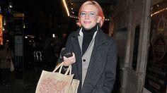 Η 46χρονη ηθοποιός, με ολοκαίνουργιο λουκ, έκανε τα ψώνια της στο Λονδίνο, φορώντας γυαλιά με ροζ κοκκάλινο σκελετό και φακούς σε πολύ απαλό γαλάζιο.