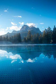 """Das Südtiroler Belvita-Hotel """"Monika"""" ist immer eine Reise wert. Im neuen Outdoorpool schwimmt man jetzt mit Blick auf die Dolomiten."""