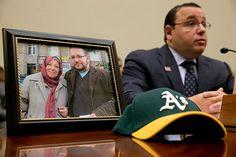 Ali Rezaian senta-se ao lado de uma foto mostrando seu irmão, o repórter do Washington Post Jason Rezaian, e sua mãe, durante uma audição do Comitê de Relações Exteriores para famílias com parentes presos no Irã. (AP / Jacquelyn Martin)