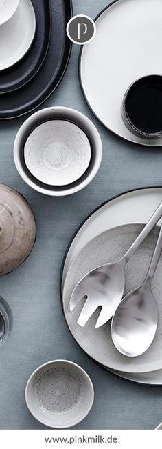 Bringe den skandinavischen Stil in Deine Küche! Bei uns im Shop findest Du rustikale Schneidebretter, nordisches Geschirr und andere schöne Dekoaccessoires, damit Du skandinavisch wohnen kannst. #skandinavsich #wohnen #ideen #deko #inspiration Broste Copenhagen, Table Settings, Pottery, Plates, Tableware, Design, Interior, Top, Style