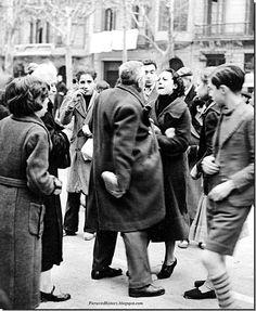 February 2, 1939. El ejercito nacional bombardea Madrid con pan. Un hombre y una mujer discuten por hacerse con uno de ellos.