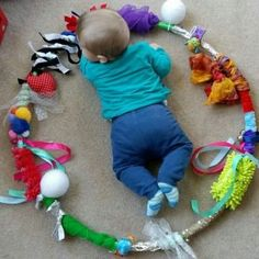 Create your Baby Sensory Hoop: moms and babies from Northamptonshire – Baby Development Tips Baby Sensory Play, Baby Play, Diy Sensory Toys For Babies, Sensory Motor, Infant Activities, Activities For Kids, Health Activities, Diy Bebe, Baby Development