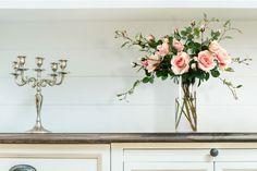 O Galho de Rosa está pronto para ser colocado em um vaso, tanto sozinho como com outras flores para deixar sua casa ainda mais linda. A rosa é uma das flores mais populares no mundo. Vem sendo cultivada pelo homem desde a Antiguidade. Celebrada ao longo dos séculos, a rosa, símbolo dos apaixonados
