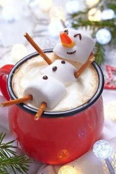 Hot chocolate with melted snowman! Hot chocolate with a marshmallow snowman! Christmas Drinks, Christmas Goodies, Christmas Desserts, Holiday Treats, Christmas Baking, Holiday Recipes, Christmas Holidays, Christmas Morning, Holiday Fun