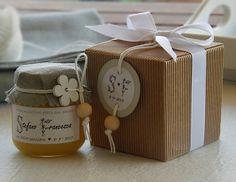 Bomboniera di miele per ricorrenze come matrimonio, battesimo, comunione, laurea. Bomboniera gastronomica Jar Packaging, Packaging Design, Honey Label, Wedding Gifts, Wedding Day, Gift Baskets, Save The Date, Special Occasion, Wraps