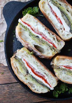 Sandwich mit Aubergine, Prosciutto Schinken und Pesto. Zutaten: 1 rote Paprika, 1 mittelgroße Auberginen der Länge nach in 1/2 cm dicke Scheiben schneiden, 120 gr. Ziegenfrischkäse, 250 gr. frischen Mozzarella, in Scheiben geschnitten, 120 gr. Schinken, in Scheiben geschnitten, 1 Ciabatta-Brot, geschnitten in der Mitte der Länge nach, Olivenöl, Meersalz und frisch gemahlener schwarzer Pfeffer. Noch mehr tolle Rezepte gibt es auf www.Spaaz.de