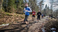 Hoeveel trager loop je in het bos? Het merendeel van de wedstrijden vindt plaats op asfalt. Dat gaat sneller dan op onverharde wegen.