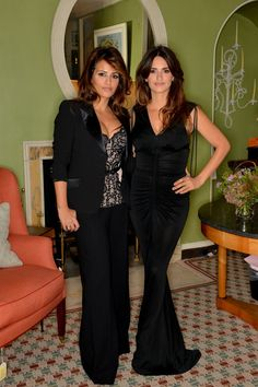 Penelope Cruz: L'Agent by Agent Provocateur Dinner with Sis Monica!: Photo Penelope Cruz and sister Monica are stunning while attending a dinner for L'Agent by Agent Provocateur at Sibyl Colefax & John Fowler on Wednesday (October… Agent Provocateur, Javier Bardem, Jennifer Garner Sisters, Royal Dresses, Nice Dresses, Briana Cuoco, Famous Twins, Celebrity Siblings, Couture Wedding Gowns